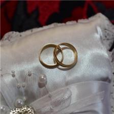 洁白的婚纱上的结婚戒指图片