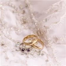 婚纱上的结婚戒指图片