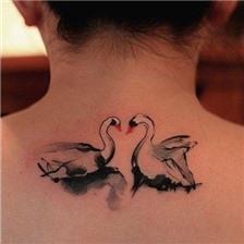 水墨情侣天鹅后颈纹身图片欣赏