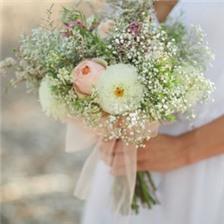手捧鲜花的新娘婚纱意境图片大全
