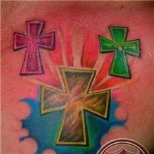 胸前漂亮的彩色十字架纹身图案