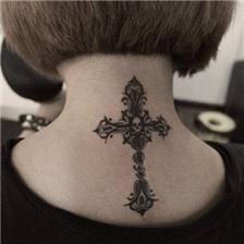 女生精美的颈部十字架纹身图案