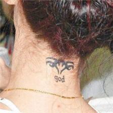 张柏芝颈部图腾字母刺青图案欣赏
