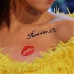 女生锁骨上的花体英文彩色红唇纹身图案