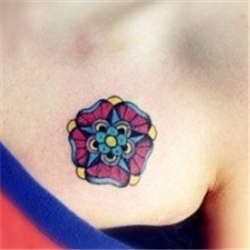 女生胸前彩色花卉纹身图案