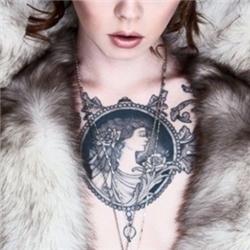 欧美性感美女胸前希腊女神纹身