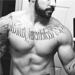 欧美型男胸前花体英文纹身图案