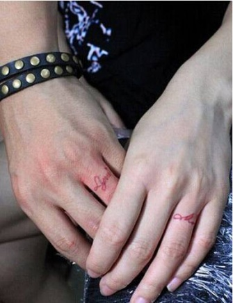 浪漫情侣手指字母纹身