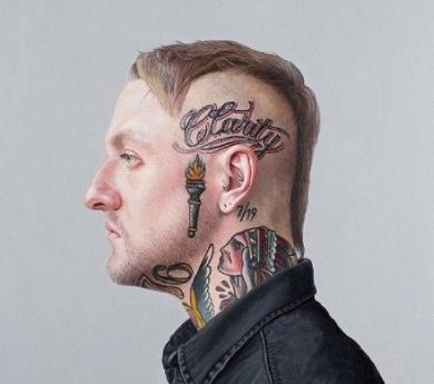 头部彩色火炬字母纹身图片