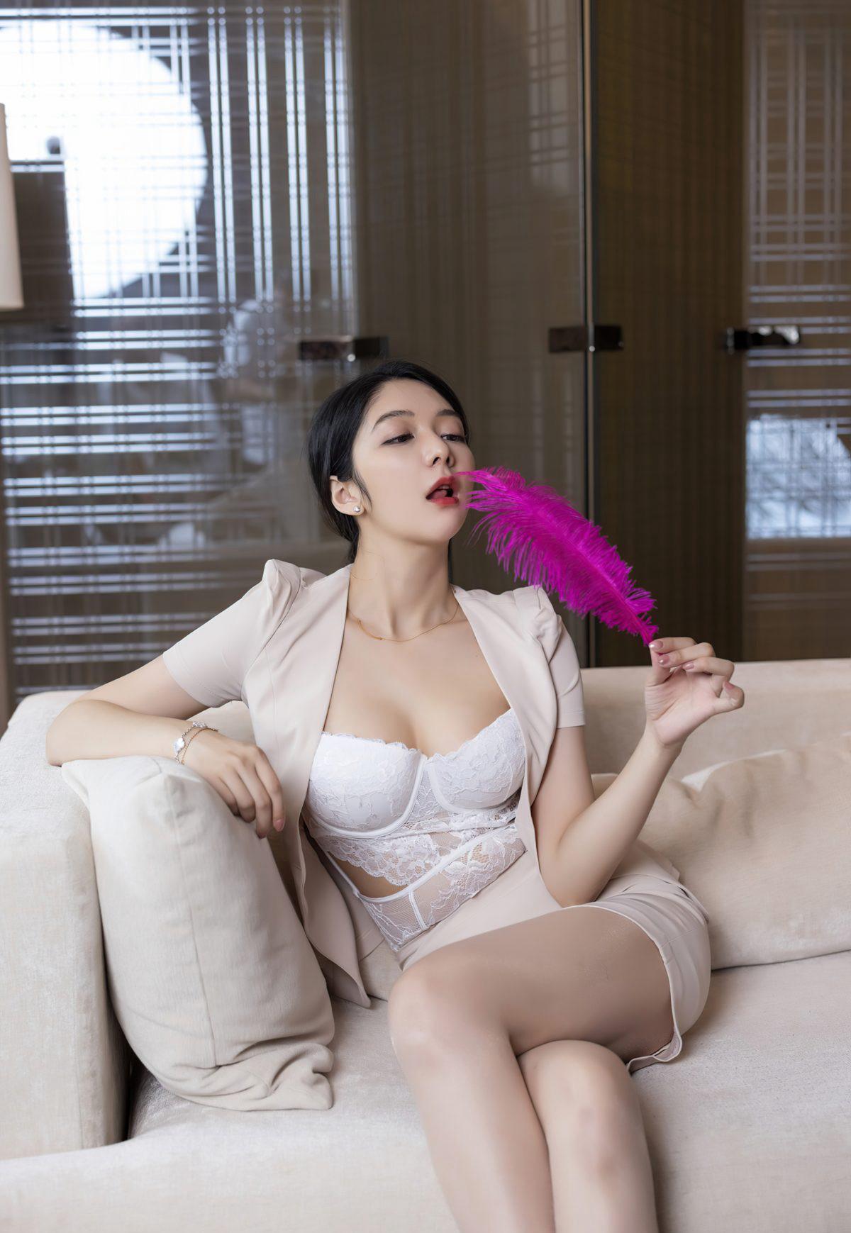 制服美女Angela小热巴2021制服秘书办公室诱惑蕾丝内衣极品翘臀