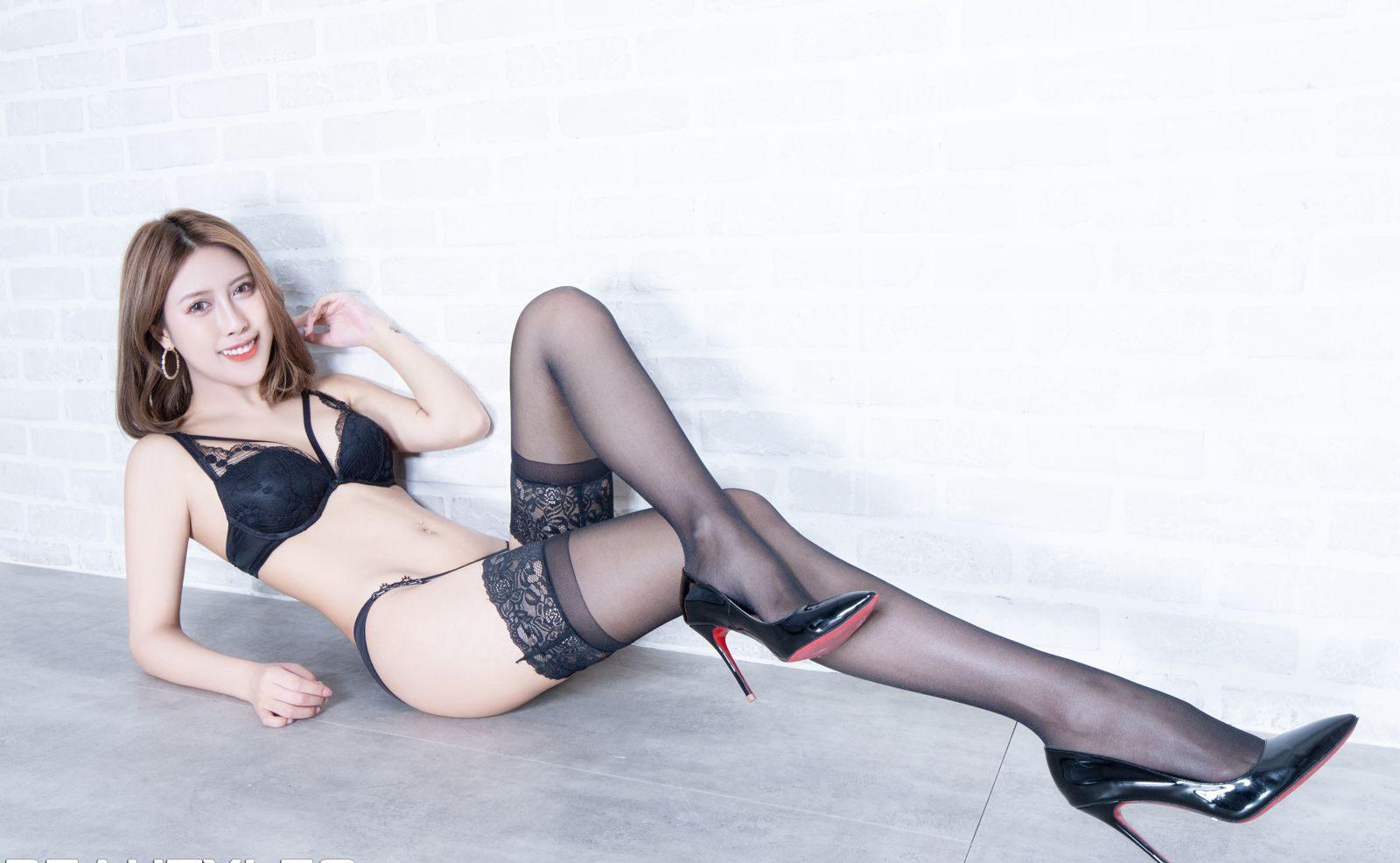 中国美女Beautyleg]性感腿模Amber诱惑黑丝高跟性感丁字裤写真